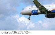 Close-up, the plane is landing. Редакционное видео, видеограф Игорь Жоров / Фотобанк Лори