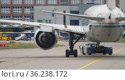 Rear view of an airplane taxiing (2017 год). Редакционное видео, видеограф Игорь Жоров / Фотобанк Лори