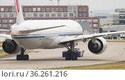 Airplane on the runway is taxiing (2017 год). Редакционное видео, видеограф Игорь Жоров / Фотобанк Лори