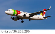 Airplane of Portuguese airlines approaches for landing (2020 год). Редакционное фото, фотограф Яков Филимонов / Фотобанк Лори