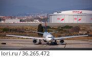 Delta Airbus preparing for takeoff in El Prat Airport in Barcelona (2020 год). Редакционное фото, фотограф Яков Филимонов / Фотобанк Лори