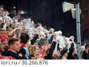 Zum Wurf bereit: Fanprotest gegen Montagspiele: Mit Klopapierrollen... Стоковое фото, фотограф Zoonar.com/Joachim Hahne / age Fotostock / Фотобанк Лори