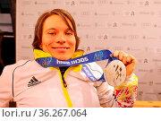 Stolz präsentiert Anja Wicker ihre Silbermedaille im Deutsches Haus... Стоковое фото, фотограф Zoonar.com/johapress / age Fotostock / Фотобанк Лори