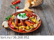 Spanische Mahlzeit: Gebackene Chorizo Bratwürste mit Gemüse und mediterranem... Стоковое фото, фотограф Zoonar.com/Karl Allgäuer / easy Fotostock / Фотобанк Лори