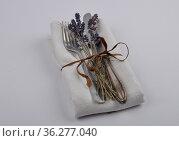 Altes Besteck mit Lavendel und Leinentuch - Old flatware with linen... Стоковое фото, фотограф Zoonar.com/lantapix / easy Fotostock / Фотобанк Лори