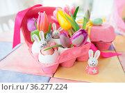 Frische bunte Tulpen und froehliche Deko fuer Ostern. Стоковое фото, фотограф Zoonar.com/Barbara Neveu / easy Fotostock / Фотобанк Лори