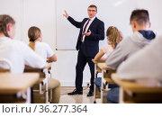 Male teacher conducting lesson for teenage schoolchildren. Стоковое фото, фотограф Яков Филимонов / Фотобанк Лори