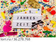 Lichtbox mit Buchstaben - 5 te Jahrestzeit - mit Konfetti und Partyartikeln... Стоковое фото, фотограф Zoonar.com/Birgit Reitz-Hofmann / easy Fotostock / Фотобанк Лори