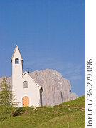 Die Kapelle San Maurizio auf dem Grödner Joch, einem Sattel zwischen... Стоковое фото, фотограф Zoonar.com/Christa Eder / easy Fotostock / Фотобанк Лори