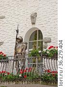 Stilleben auf dem Balkon - Ritter mit Eisenrüstung bewacht den Zugang... Стоковое фото, фотограф Zoonar.com/Christa Eder / easy Fotostock / Фотобанк Лори