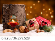 Weihnachten - Päckchen und Laterne im Schnee. Стоковое фото, фотограф Zoonar.com/Petra Schüller / easy Fotostock / Фотобанк Лори