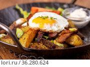 Tiroler Kartoffelgröstl in einer Pfanne. Стоковое фото, фотограф Zoonar.com/Bernd Juergens / easy Fotostock / Фотобанк Лори