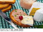 Toast with pate and soft blue cheese. Стоковое фото, фотограф Яков Филимонов / Фотобанк Лори