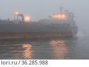 Schiff im Hamburger Hafen auf Reede in der Norderelbe bei starken... Стоковое фото, фотограф Zoonar.com/Stefan Ernst / age Fotostock / Фотобанк Лори