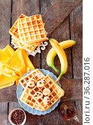 Frusche Waffeln mit frischer Banane und Schokolade. Стоковое фото, фотограф Zoonar.com/Barbara Neveu / easy Fotostock / Фотобанк Лори