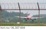 Airplane landing, touching the runway (2017 год). Редакционное видео, видеограф Игорь Жоров / Фотобанк Лори