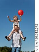 Vater trägt Tochter auf den Schultern, läuft über die Wiese und lächelt... Стоковое фото, фотограф Zoonar.com/Winfried Schäfer / age Fotostock / Фотобанк Лори