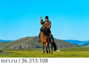 Reiter grüsst in der Steppe, Orchon-Tal, Mongolei / Horseman greeting... Стоковое фото, фотограф Zoonar.com/GFC Collection / age Fotostock / Фотобанк Лори