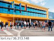 Besucher vor der neuen Ikea-Filiale in Magdeburg, wenige Minuten ... Стоковое фото, фотограф Zoonar.com/Heiko Kueverling / age Fotostock / Фотобанк Лори