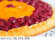 Obstboden mit Kirschen und Mandarinen auf weißem Holz. Стоковое фото, фотограф Zoonar.com/WSF / easy Fotostock / Фотобанк Лори