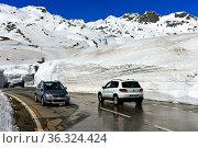 Autos fahren auf der Passtrasse zwischen hohen Schneemauern über ... Стоковое фото, фотограф Zoonar.com/Pant / age Fotostock / Фотобанк Лори