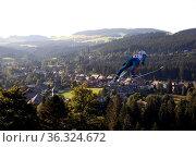 Doppel-Olympiasieger Simon Ammann (Schweiz /SUI) im Anflug auf Hinterzarten... Стоковое фото, фотограф Zoonar.com/Joachim Hahne / age Fotostock / Фотобанк Лори