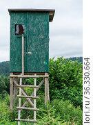 Grüner Hochsitz für Jäger als Versteck im Jagdrevier - Hochstand. Стоковое фото, фотограф Zoonar.com/Alfred Hofer / easy Fotostock / Фотобанк Лори