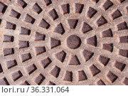 Rostiger Schachtdeckel - kreisförmiges Muster am Gullydeckel als Hintergrund... Стоковое фото, фотограф Zoonar.com/Alfred Hofer / easy Fotostock / Фотобанк Лори