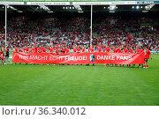 Die Freiburger Spieler bedanken sich bei den Fans für die Unterstützung... Стоковое фото, фотограф Zoonar.com/Joachim Hahne / age Fotostock / Фотобанк Лори
