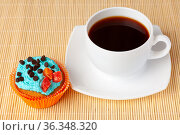 Cup of coffee and cupcake with cream and chocolate drops, Стоковое фото, фотограф Анна Гучек / Фотобанк Лори