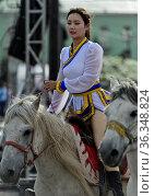 Junge Frau als Reiterin am Festival der mongolischen Nationaltracht... Стоковое фото, фотограф Zoonar.com/Pant / age Fotostock / Фотобанк Лори