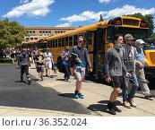 School Students Going to Buses, Wellsville, New York, USA. Редакционное фото, фотограф Barrie Fanton / age Fotostock / Фотобанк Лори