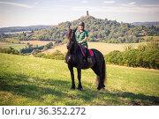 Junge Reiterin mit ihrem Friesenpferd im Sommer in der Natur. Стоковое фото, фотограф Zoonar.com/Birgit Reitz-Hofmann / easy Fotostock / Фотобанк Лори
