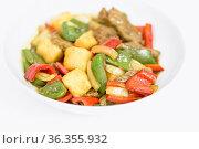 Rindfleisch süßsauer mit Ananas, Paprika und Zwiebeln. Стоковое фото, фотограф Zoonar.com/Dieter Meyer / easy Fotostock / Фотобанк Лори