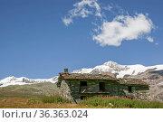Alte verlassene Almhütte im Piemont vor der Kulisse der Walliser Berge. Стоковое фото, фотограф Zoonar.com/Hans Eder / easy Fotostock / Фотобанк Лори