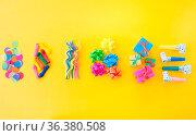 Froehliches buntes Party Zubehoer auf gelbem Hintergrund. Стоковое фото, фотограф Zoonar.com/Barbara Neveu / easy Fotostock / Фотобанк Лори