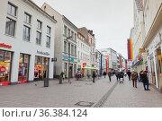 Ordinary people walk the Grosse Strasse (2017 год). Редакционное фото, фотограф EugeneSergeev / Фотобанк Лори