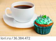 Cup of coffee and cupcake with cream and decorative beads. Стоковое фото, фотограф Анна Гучек / Фотобанк Лори