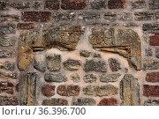 Burgmauer, die von Mauersteinen eingefasst (restauriert) wurde. Стоковое фото, фотограф Zoonar.com/Zoonar/J. Ehrlich / easy Fotostock / Фотобанк Лори