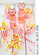 Buntes Popcorn in gestreiften Bechern und Limonade in kleine Faschen. Стоковое фото, фотограф Zoonar.com/Barbara Neveu / easy Fotostock / Фотобанк Лори