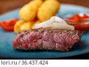 Scheibe Steak auf einem blauen Teller. Стоковое фото, фотограф Zoonar.com/Bernd Juergens / easy Fotostock / Фотобанк Лори