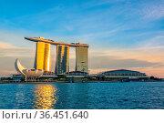 Singapore. Marina Bay and ArtScience Museum. The rays of the setting... Стоковое фото, фотограф Zoonar.com/Mikhail Pavlov / easy Fotostock / Фотобанк Лори