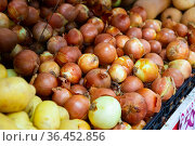 Bulb onion on counter in grocery store, nobody. Стоковое фото, фотограф Яков Филимонов / Фотобанк Лори