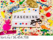 Lichtbox mit Buchstaben - Fasching - mit Konfetti und Partyartikeln. Стоковое фото, фотограф Zoonar.com/Birgit Reitz-Hofmann / easy Fotostock / Фотобанк Лори