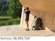 Hiker photographs the natural landscape from the gazebo on the observation deck. Редакционное фото, фотограф Евгений Харитонов / Фотобанк Лори
