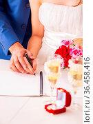 Wedding ceremony with wife and husband. Стоковое фото, фотограф Zoonar.com/Elnur Amikishiyev / easy Fotostock / Фотобанк Лори