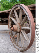 Verwittertes altes rostiges Wagenrad aus Holz mit Eisenreif - Karren. Стоковое фото, фотограф Zoonar.com/Alfred Hofer / easy Fotostock / Фотобанк Лори