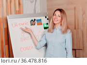 Woman young adult coach coaching with OH cards on whiteboard flipchart... Стоковое фото, фотограф Zoonar.com/Max / easy Fotostock / Фотобанк Лори