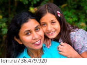 Mutter umarmt ihre Tochter im Sommer. Стоковое фото, фотограф Zoonar.com/Birgit Reitz-Hofmann / easy Fotostock / Фотобанк Лори