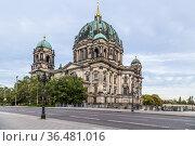 Берлин, Германия. Берлинский кафедральный собор (Berliner Dom) — самая большая евангелическая церковь Германии (2017 год). Стоковое фото, фотограф Rokhin Valery / Фотобанк Лори